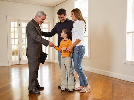 Pareja comprando una casa en Cali con Agente inmobiliario